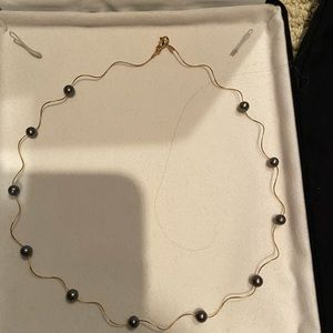 Black pearl necklace in 10KT yellow gold.